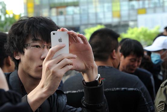 Chinês com iPhone 4 branco