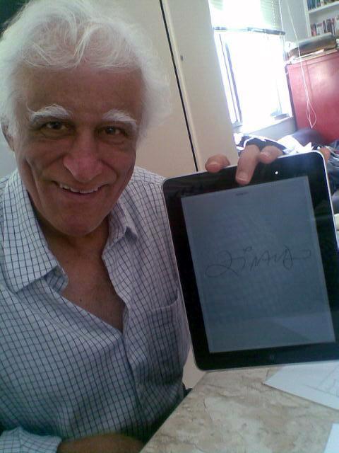 Ziraldo com iPad autografado