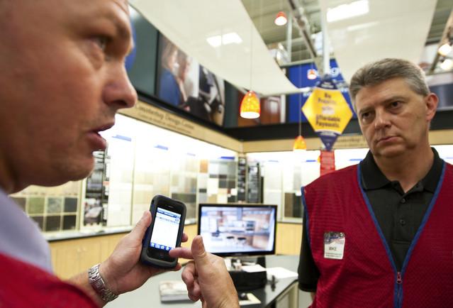 Gerente da Lowes com iPhone 4