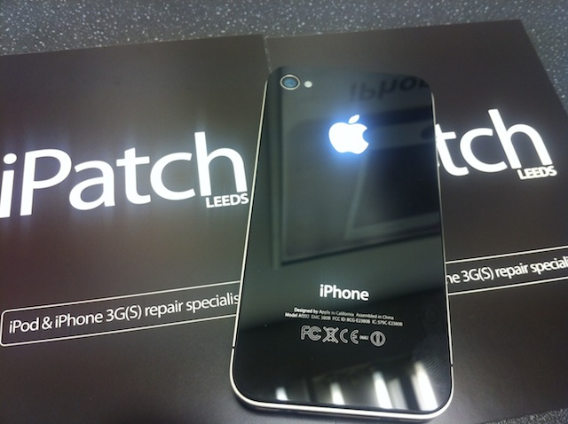 iPhone 4 com logo retroiluminado (iPatch)