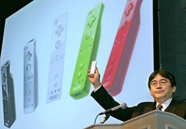 Satoru Iwata, presidente da Nintendo, com controle do Wii