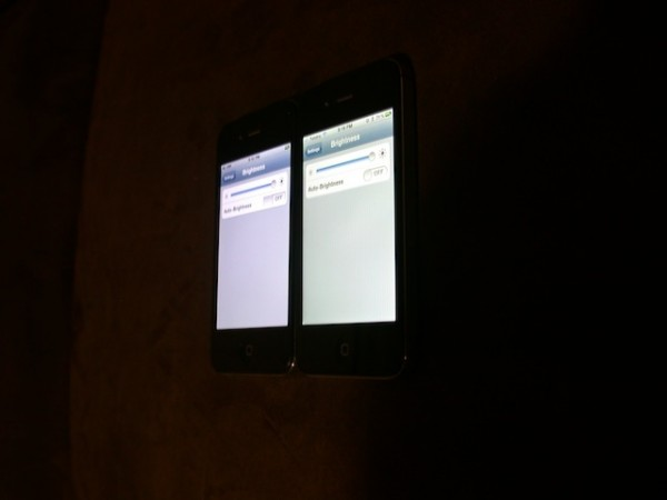 Comparativo entre tela do iPhone 4 e 4S (de lado)