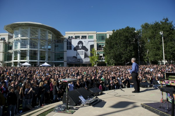 Tim Cook discursando no evento de homenagem a Steve Jobs na Apple