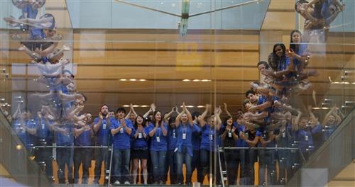 Funcionários de Apple Retail Store batendo palmas