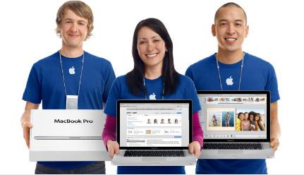 Staff Apple Retail Store com MacBook Pro