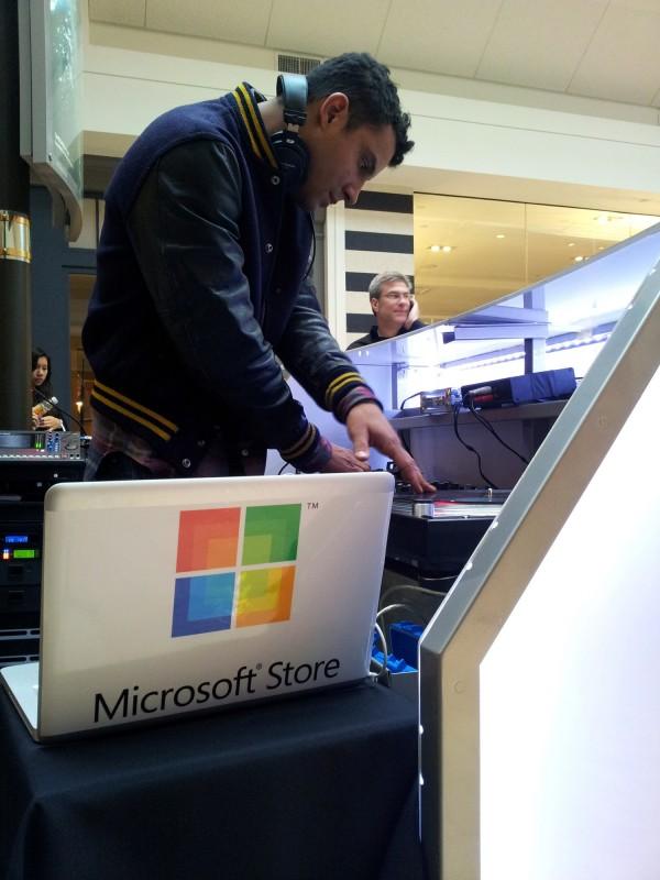 DJ da Microsoft com MacBook