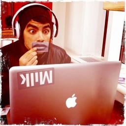 Joe Jonas com seu MacBook Pro