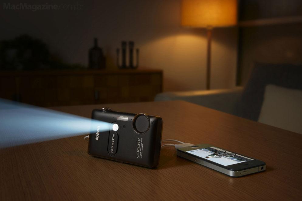 Nikon COOLPIX S1200pj projetando via iPhone