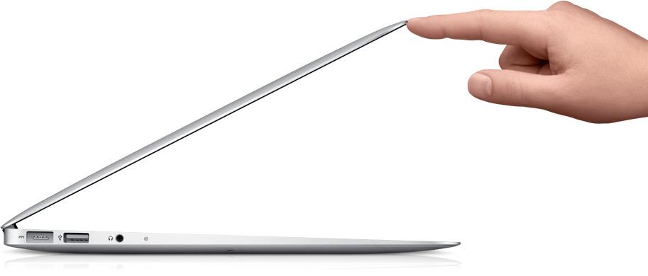 Mão abrindo um MacBook Air