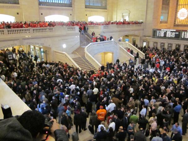 Multidão na Apple Store Grand Central