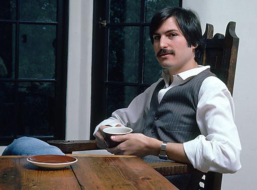 Steve Jobs bem novo, tomando um café/chá