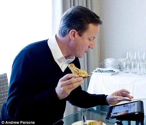 David Cameron, primeiro-ministro britânico, com o seu iPad