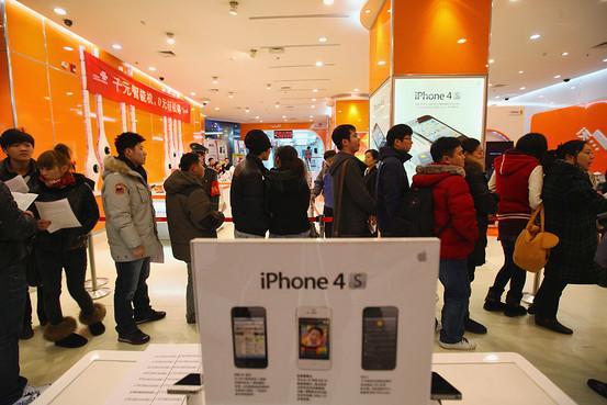 Fila de interessados pelo iPhone na China
