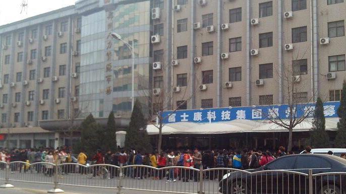 Fila de chineses em busca de uma vaga na Foxconn