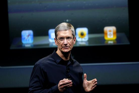 Tim Cook em frente a telão com iPad