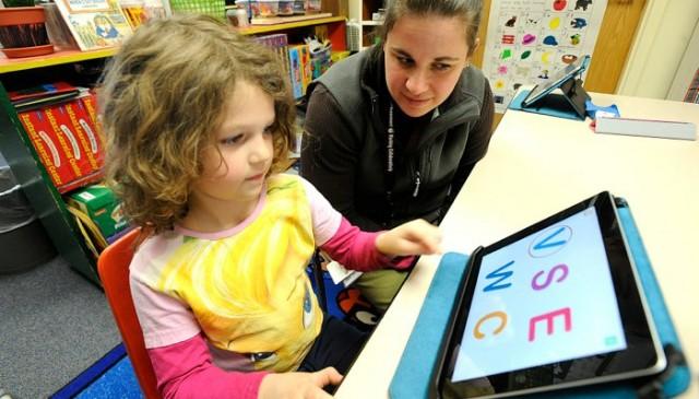 Crianças usando o iPad
