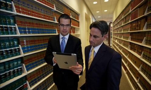 Dois homens e um iPad