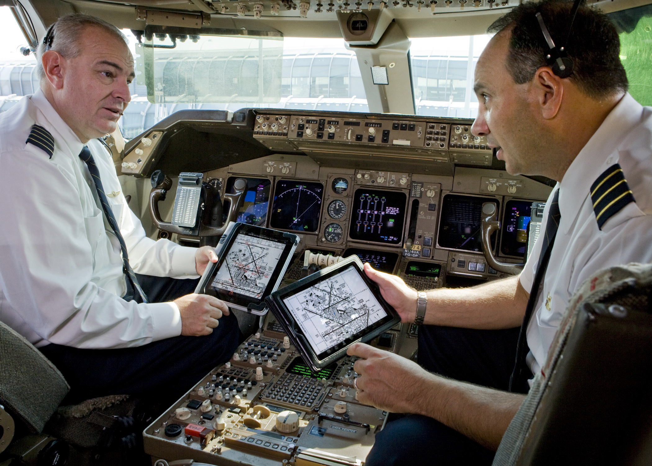 Pilotos usando iPads em avião