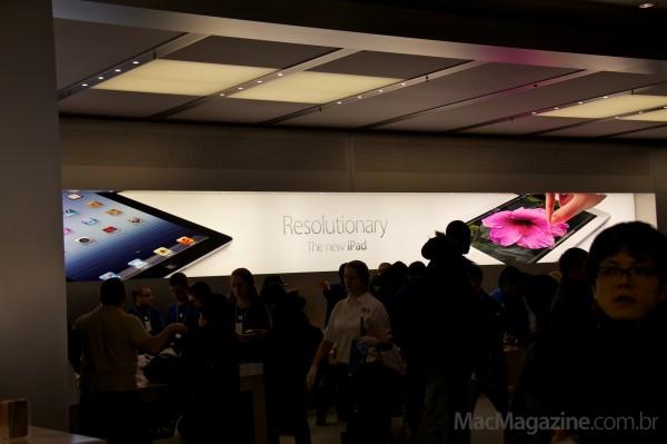 Banner do novo iPad em Apple Store - fila em Nova York
