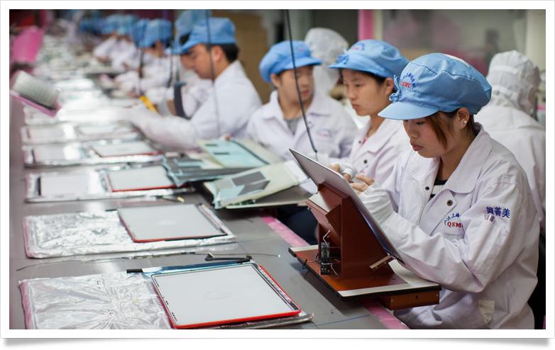 Empregados em uma linha de montagem de uma fornecedora da Apple