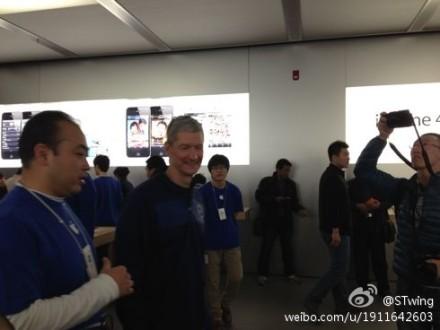 Tim Cook em loja da Apple na China