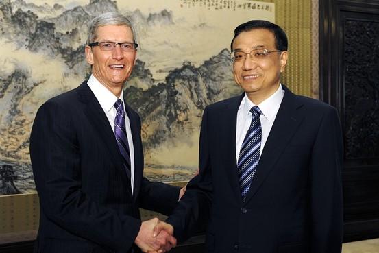 Tim Cook, CEO da Apple, e o vice-premier da China, Li Keqiang