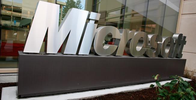 Logo em entrada de sede da Microsoft