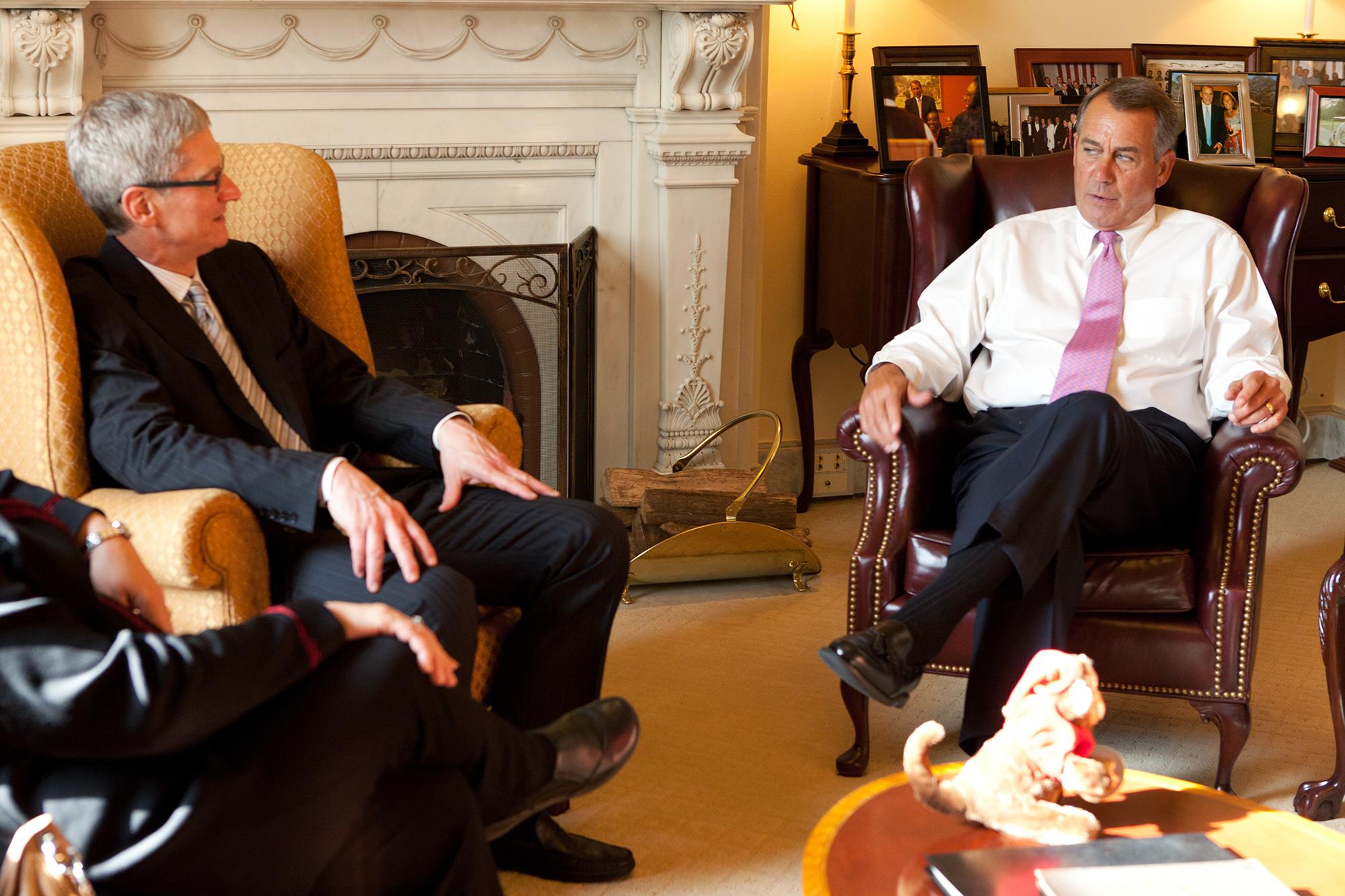 Tim Cook, CEO da Apple, e John Boehner, Presidente da Câmara dos Representantes dos Estados Unidos da América