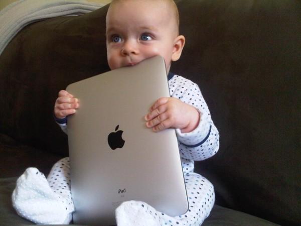 """Criança """"comendo"""" um iPad"""