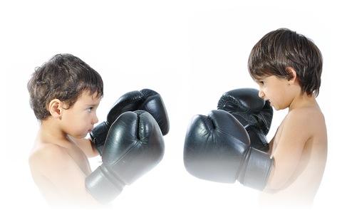 Crianças brigando