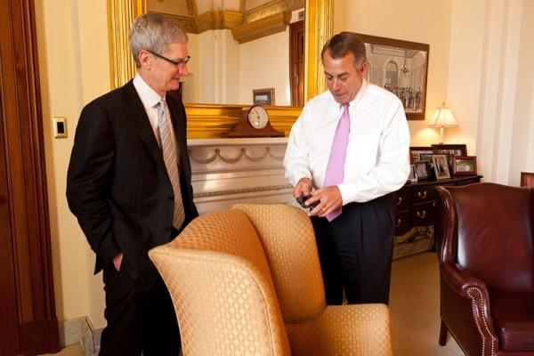 Tim Cook e John Boehner em reunião