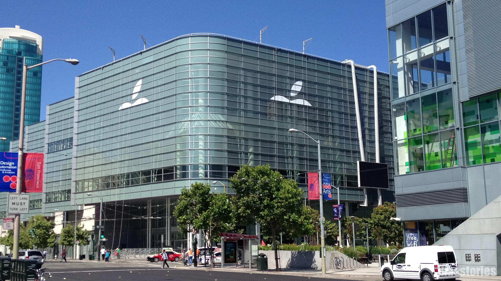 Logo da Apple sendo colocado no Moscone