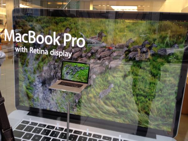 MacBook Pro gigante em vitrine de Apple Retail Store