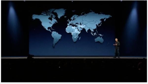 Tim Cook com mapa ao fundo, durante apresentação da WWDC 2012