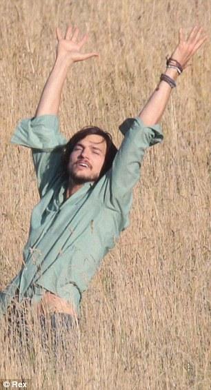 Ashton Kutcher interpretando Jobs sob o efeito de LSD