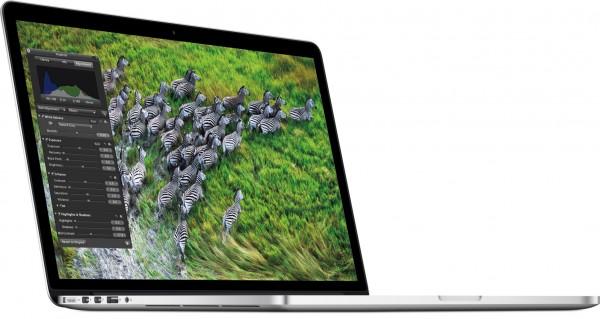 MacBook Pro com tela Retina de lado com a tela aberta