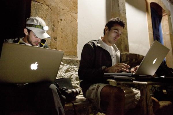 Jaime Vilaseca e Rafael Duarte, da Miramundos, trabalhando o material da Estrada Real no Santuário do Caraça, em Minas Gerais (foto by Flavio Forner - Miramundos)