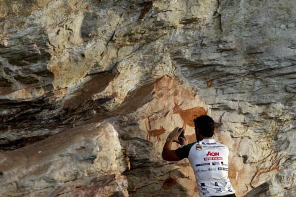 Jaime Vilaseca registra pinturas rupestres em barão de Cocais pelo iPhone (foto by Rafael Duarte - Miramundos)