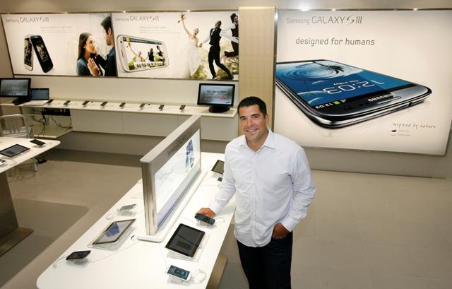 Nelson Lemos, executivo da Samsung na nova loja da empresa