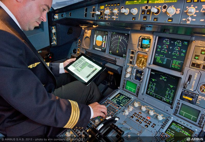Piloto usando iPad em uma aeronave da Airbus