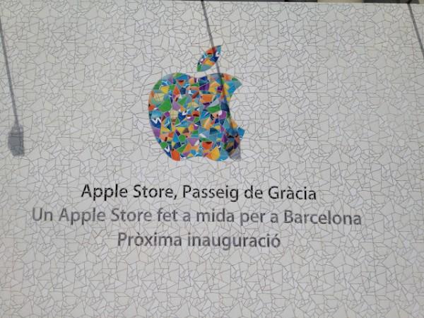 Painel em frente a nova loja da Apple em Barcelona