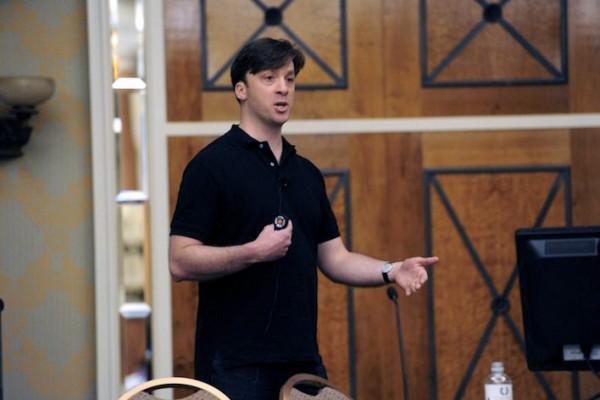 Dallas De Atley, da Apple, discursando na Black Hat 2012