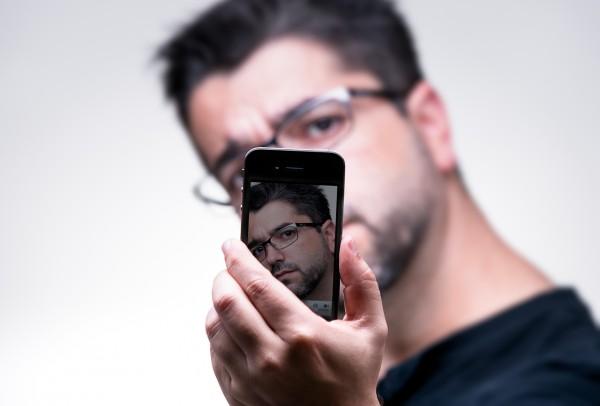 Everaldo Coelho com iPhone