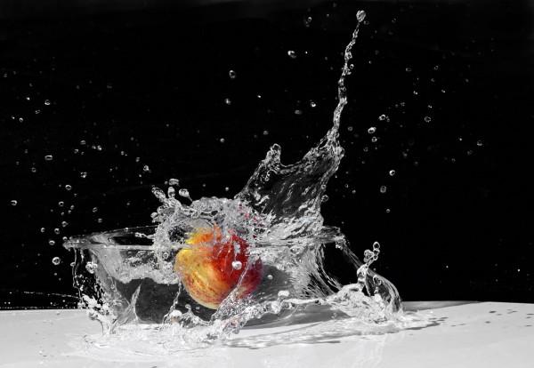 Tigela de água com uma maçã dentro