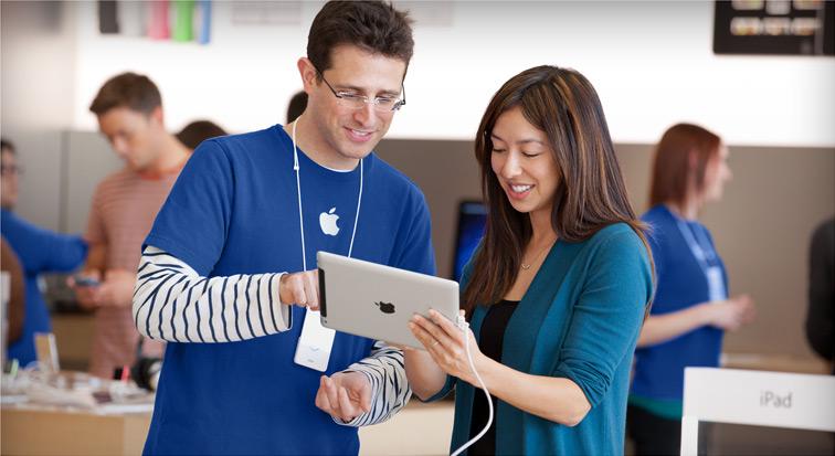 Empregado/staff de Apple Retail Store atendendo cliente