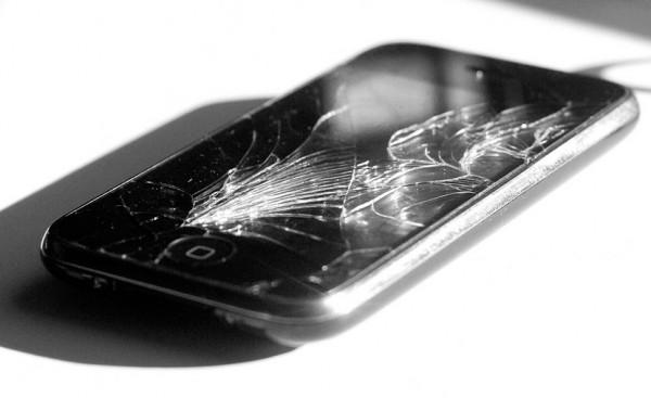 iPhone quebrado, com o vidro rachado