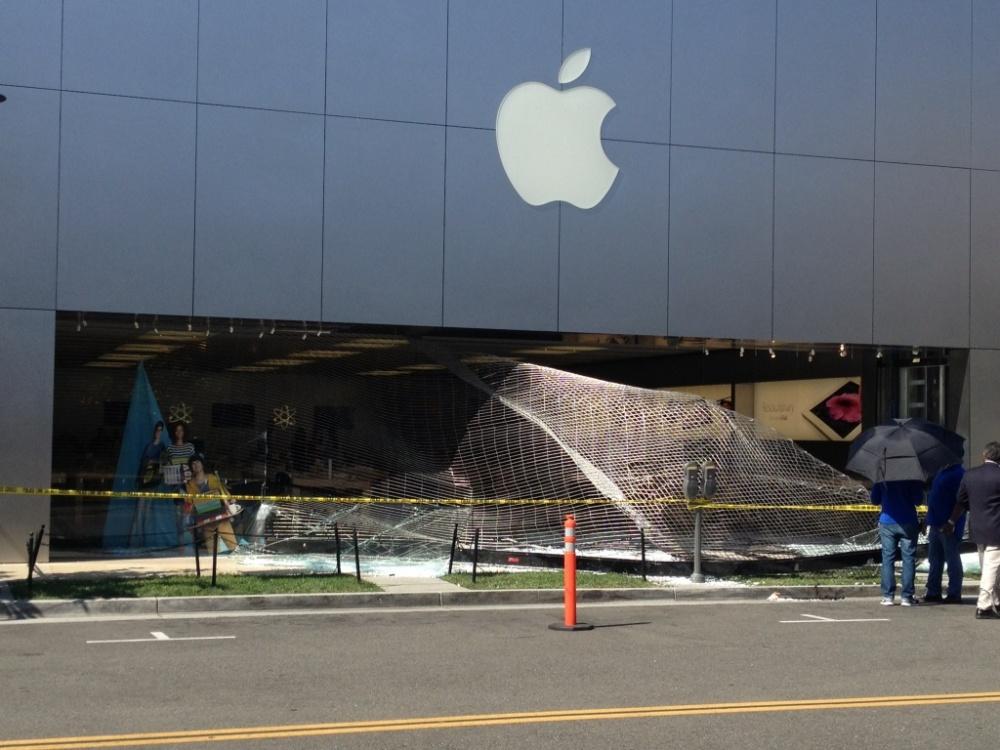 Apple Store, Promenade Temecula com a fachada destruída