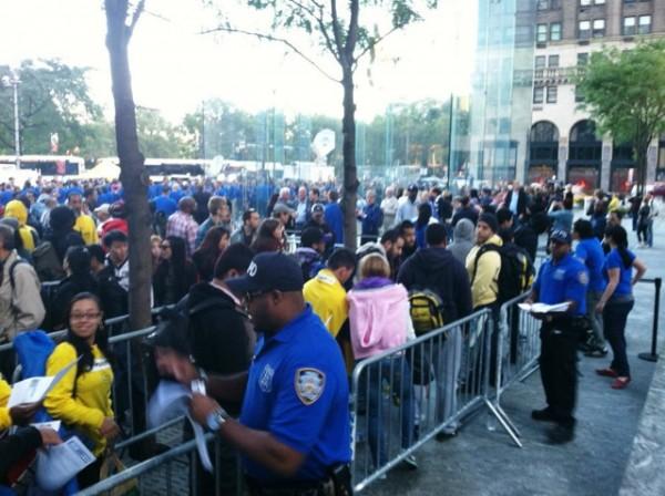 Polícia de NY na fila do iPhone 5
