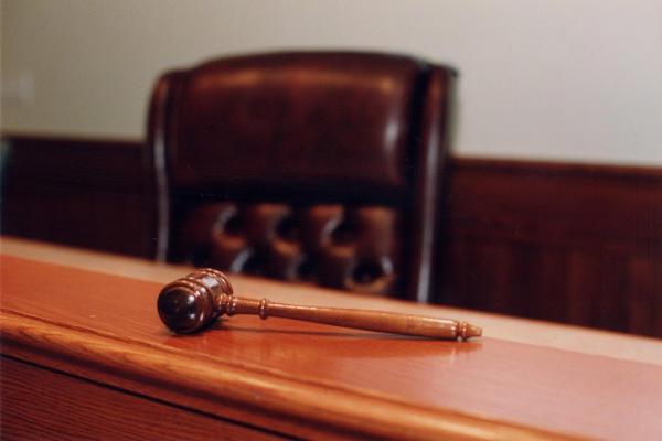 Sala de um tribunal com martelo em cima da mesa