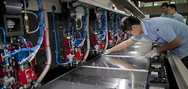 Funcionário testando uma máquina